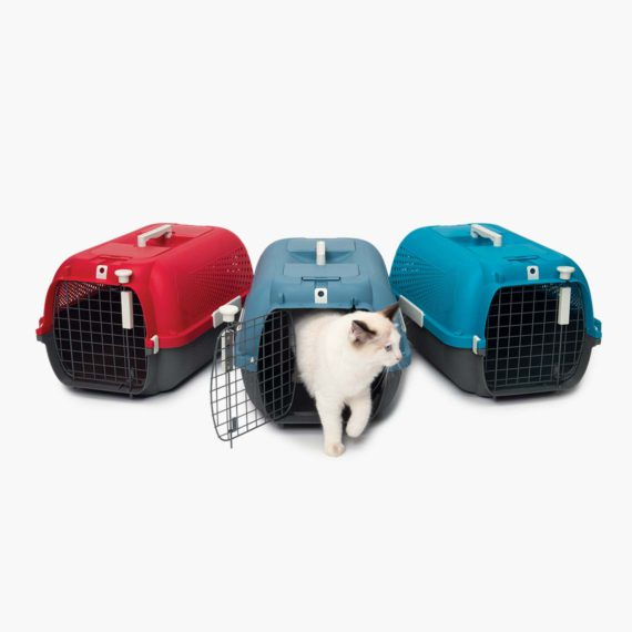 Avec porte sur le dessus pour atteindre l'animal, ainsi que des bols à eau et à nourriture pratiques.